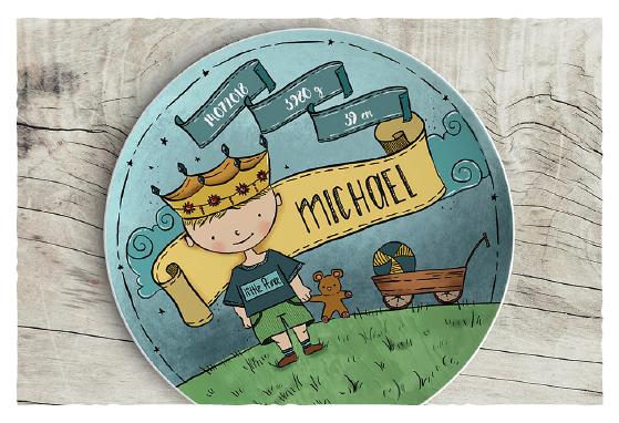 Ein kleiner Prinz schmückt diesen Teller. Er zieht seinen Bollerwagen hinter sich her in dem alles wichtige (wie Teddybär und ein hübscher Ball) Platz hat. Natürlich auch ganz individuell.